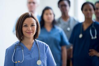 Nurses-Standing-Together-508106550_2124x1416.jpeg
