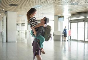 Welcoming-boyfriend-at-the-airport.-624372676_2094x1437