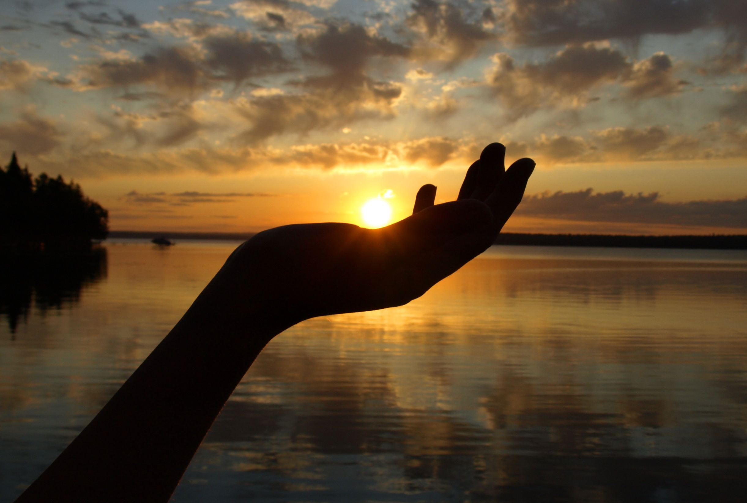 Sunset-in-Hand-over-Lake-173907560_2442x1645.jpeg